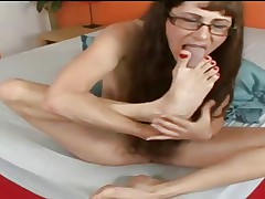 mature sucking and spitting on her feet
